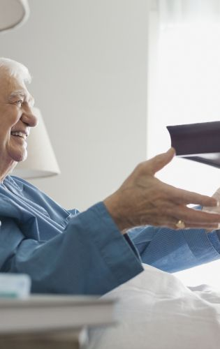 Personne âgée dont le repas est servi à domicile