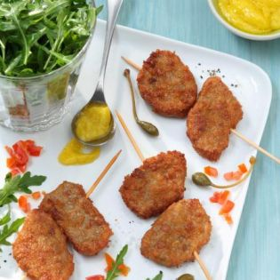 Mini-brochettes de nuggets côté végétal, sauce aili et salade de roquette