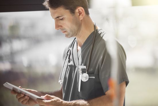 médecin lisant une prescription