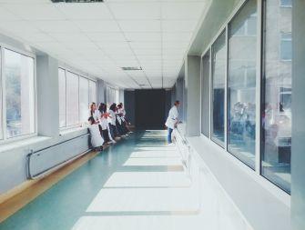 Patients mangeant un repas à l'hôpital
