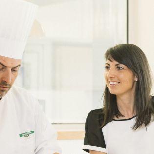 Candice Guelton diététicienne fleury michon en réunion avec un chef cuisinier R&D