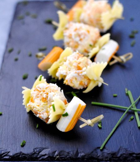 Brochette de la mer surimi, boulette de chèvre frais-surimi râpé, carottes et farfalle