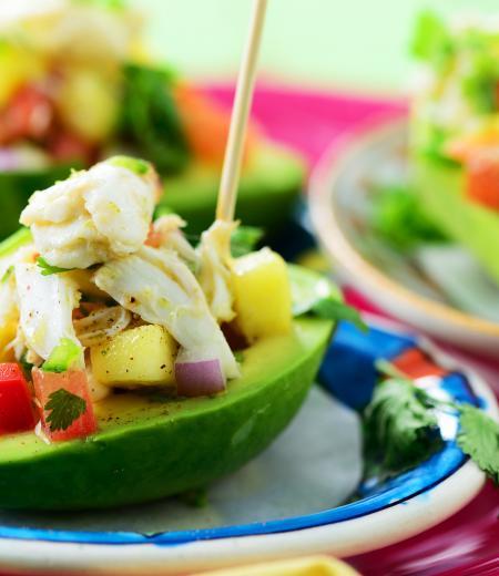Avocat farci surimi mangue et oignon rouge