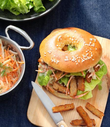 Bagel végétarien aux émincés au curry Côté Végétal, coleslaw et salade verte