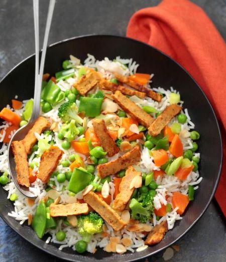Emincés au curry, riz basmati poêlé aux légumes et amandes grillées