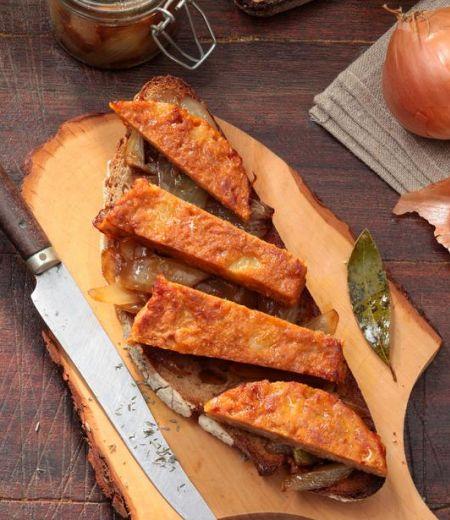 Tartine campagnarde aux oignons dorés, pavé de pommes de terre et cheddar