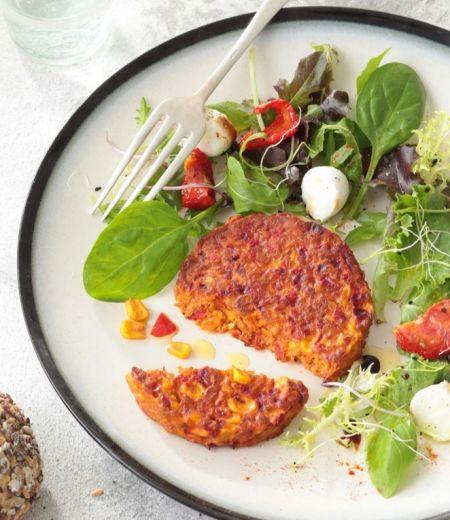 Pavés « Côté Végétal » aux maïs et poivrons, salade de mesclun aux tomates confites et billes de mozzarella
