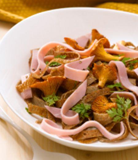 Tagliatelles de crêpes et de jambon aux girolles