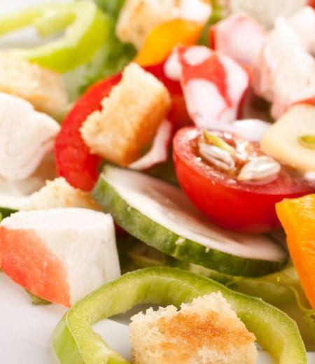 Salade colorée au surimi et mélimélo de fruits et légumes