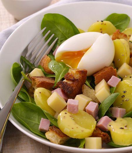 Salade de croûtons aux œufs mollets, pommes de terre et Duo jambon/emmental